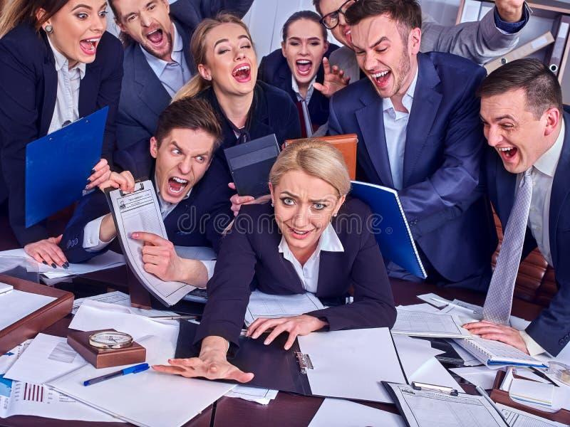 Bedrijfsmensenbureau De teammensen zijn ongelukkig met hun leider stock afbeelding