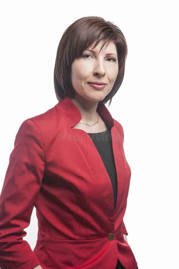 Bedrijfsmensenconcepten en Ideeën Portret van het Zekere Kaukasische Bedrijfs Donkerbruine Vrouw Stellen in Rood Kostuum stock afbeelding