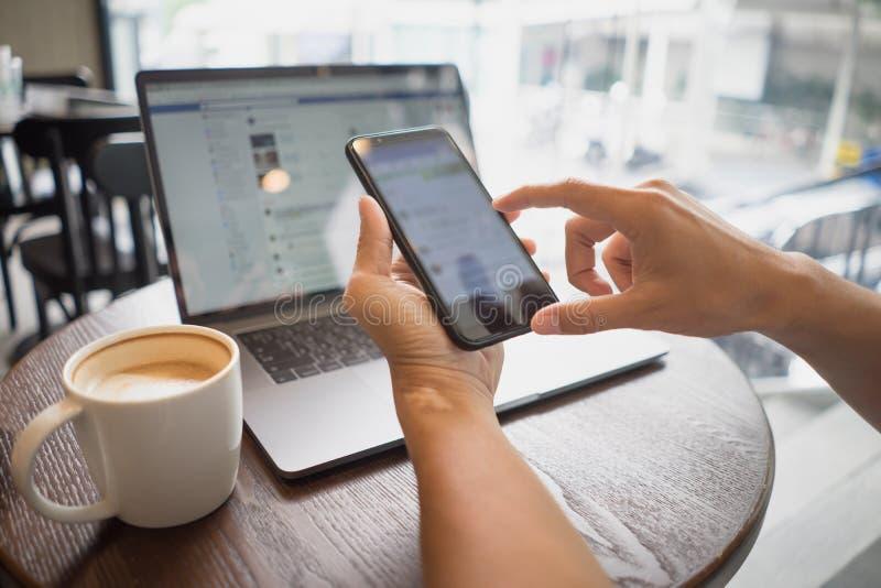 Bedrijfsmensenhand die slimme telefoonaanraking houden of sociale med typen royalty-vrije stock foto's