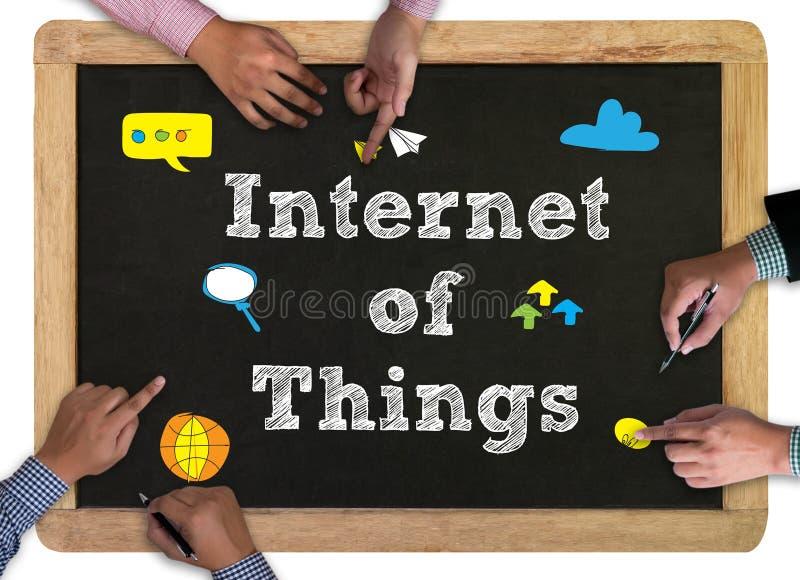 Bedrijfsmensenhand het werken en Internet van conc dingen (IoT) woord stock fotografie