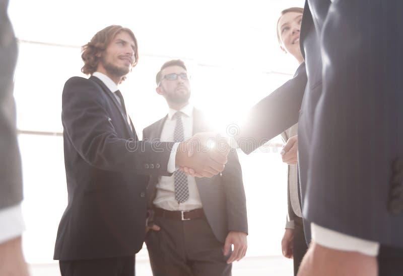 Bedrijfsmensenhandenschudden na goede overeenkomst stock afbeelding
