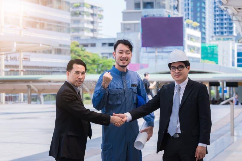 Bedrijfsmenseningenieur het schudden de handen, Groepswerk die omhoog een vergadering beëindigen assoieert groet elkaar na het on stock foto's