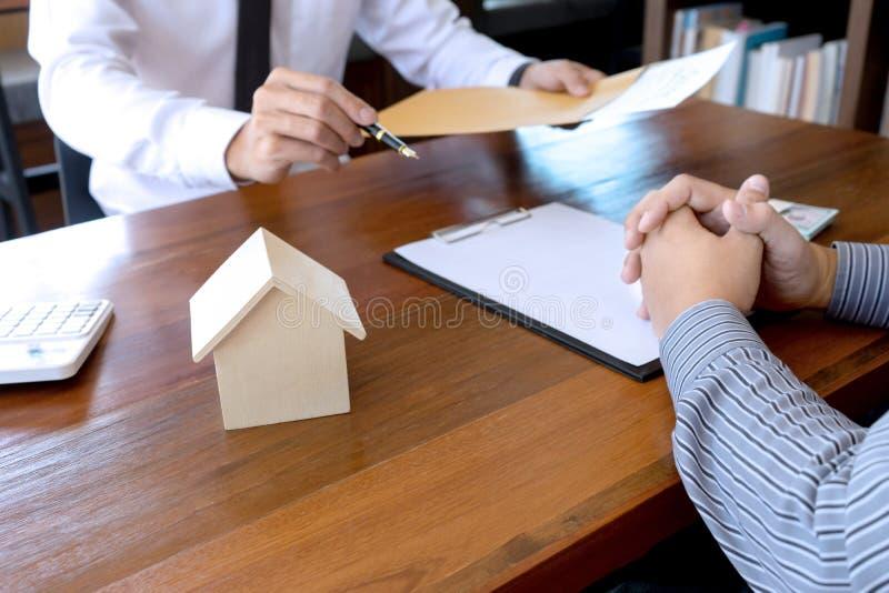 Bedrijfsmensenovereenkomst voor contract te ondertekenen stock foto