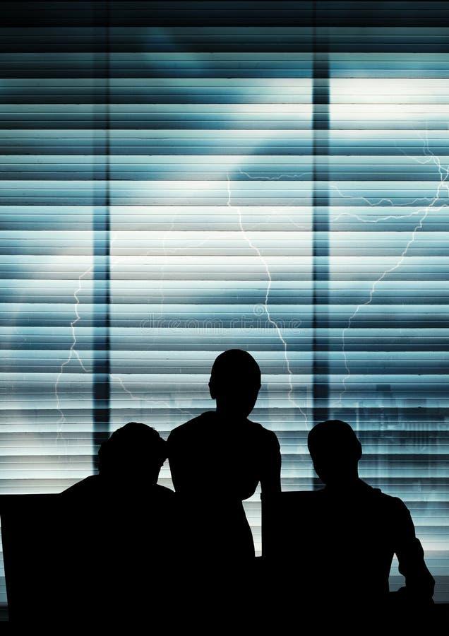 Bedrijfsmensensilhouetten tegen de bouw royalty-vrije stock fotografie