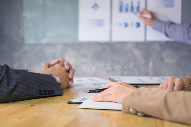 Bedrijfsmensenspreker die een presenta van de de winstgrafiek van besprekingsfinanciën geven stock foto's