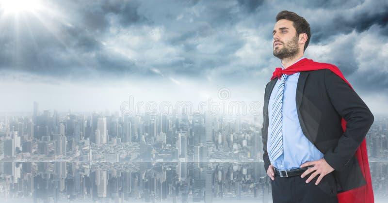 Bedrijfsmensensuperhero met handen op heupen tegen horizon en gloed royalty-vrije stock afbeelding