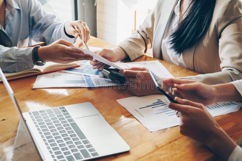 Bedrijfsmensenvergadering om de situatie op het financi?le verslag in vergaderzaal te analyseren en te bespreken stock foto