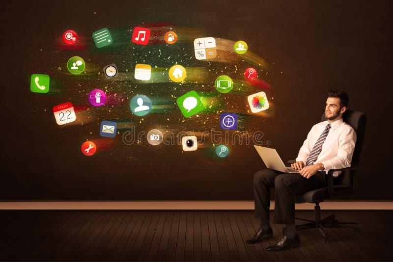 Download Bedrijfsmensenzitting Als Bureauvoorzitter Met Laptop En Kleurrijke Ap Stock Afbeelding - Afbeelding bestaande uit gloed, laptop: 54088941