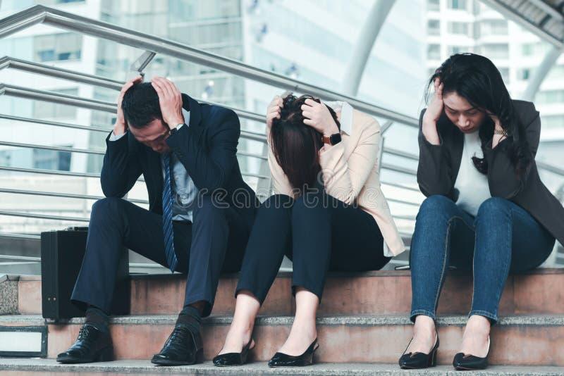 Bedrijfsmislukkingsconcept: zakenman beklemtoonde zitting, probleem stock foto
