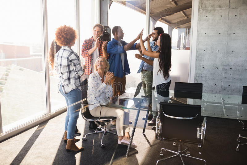 Bedrijfsondernemer met creatief team stock foto's