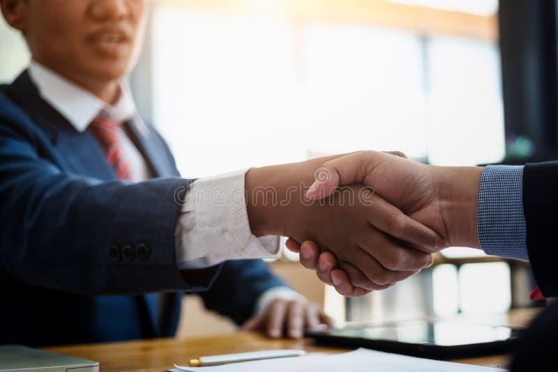 Bedrijfsonroerende goederenmakelaar en van de klant het schudden handen na het ondertekenen van een contractwoonwijk in bureau co stock foto's