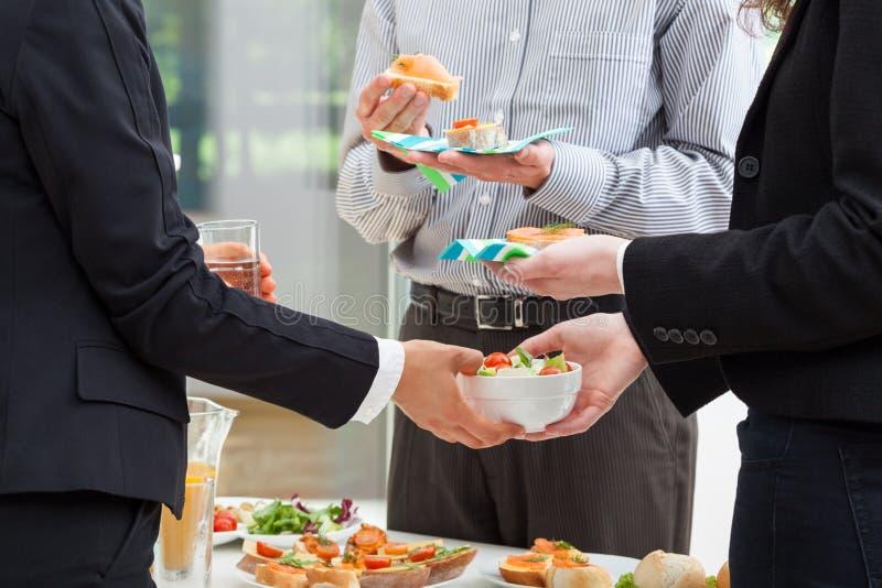 Bedrijfsontbijt in het bureau royalty-vrije stock afbeelding