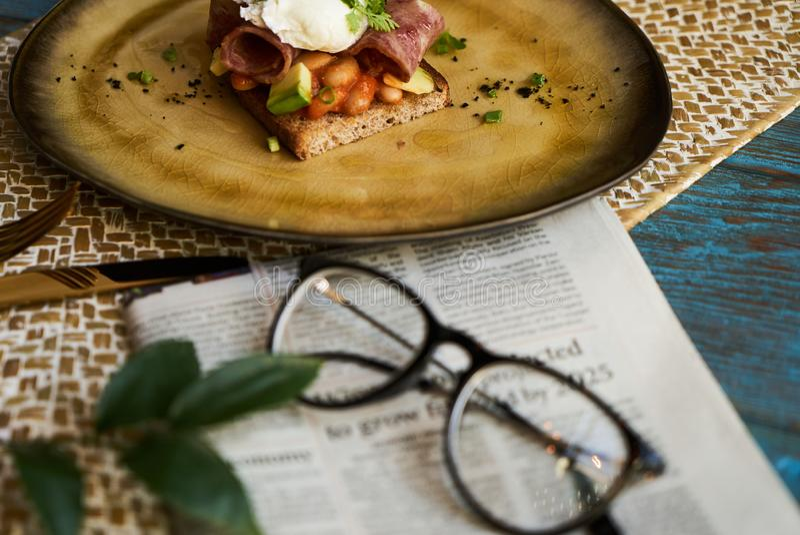 Bedrijfsontbijtconcept met toost met gestroopte eieren, bacon stock foto's
