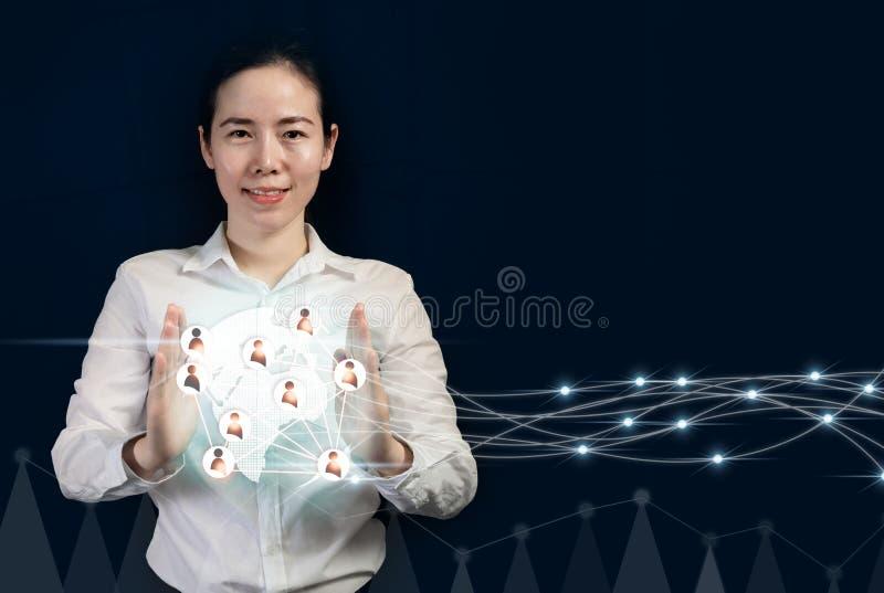Bedrijfsontwikkeling aan succes en verbindend concept, Onderneemster die de virtuele mensen van de interfaceverbinding op wereldk royalty-vrije stock afbeelding