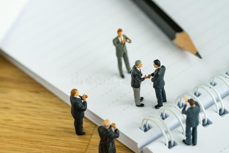 Bedrijfsovereenkomstenconcept als miniatuurhanden van mensenzakenlieden royalty-vrije stock foto