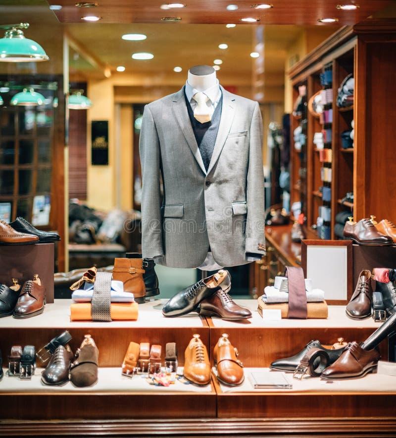 Bedrijfsoverhemd, riem, kostuum, blazer, schoenen, banden bij het mannelijke maken stock afbeeldingen