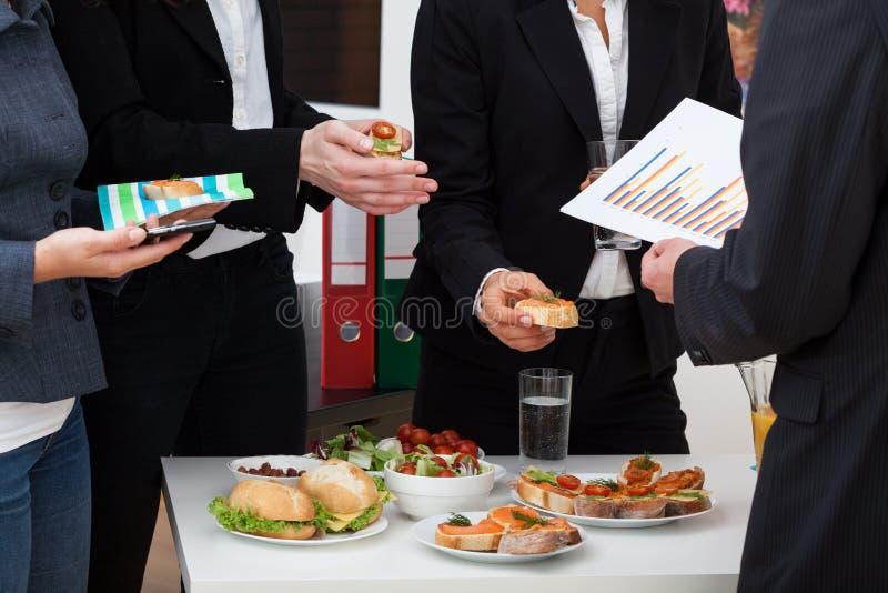 Bedrijfsoverleg tijdens lunch royalty-vrije stock fotografie