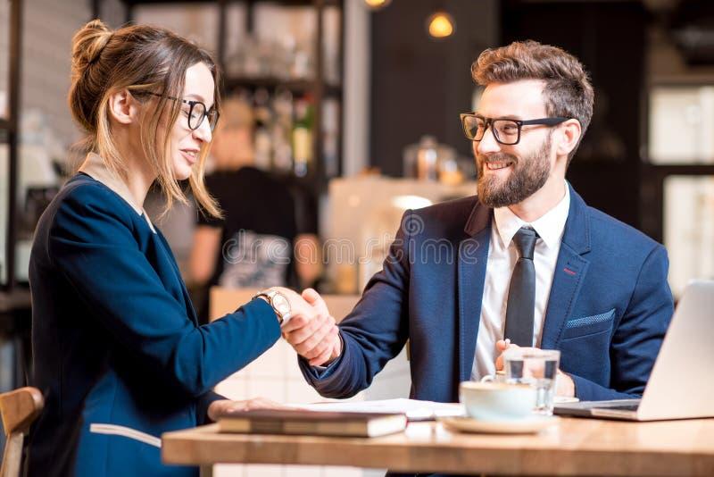 Bedrijfspaar bij de koffie stock afbeeldingen