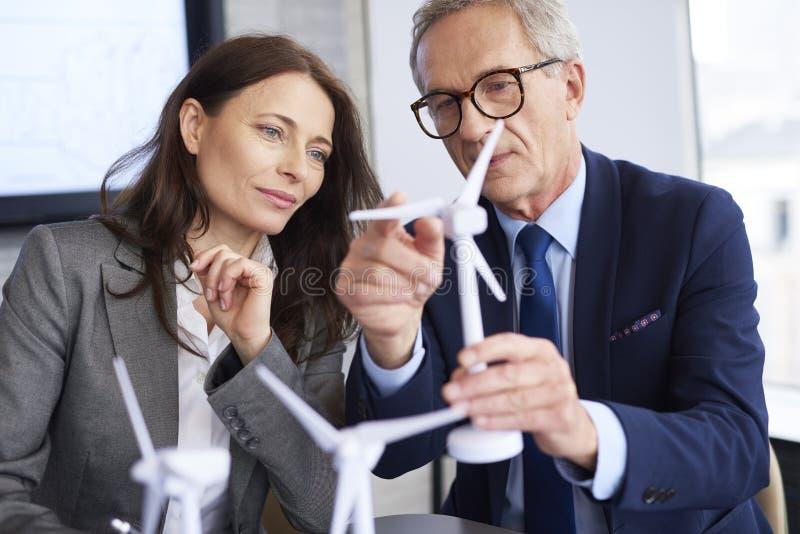 Bedrijfspaar die ernstig gesprek hebben royalty-vrije stock afbeeldingen