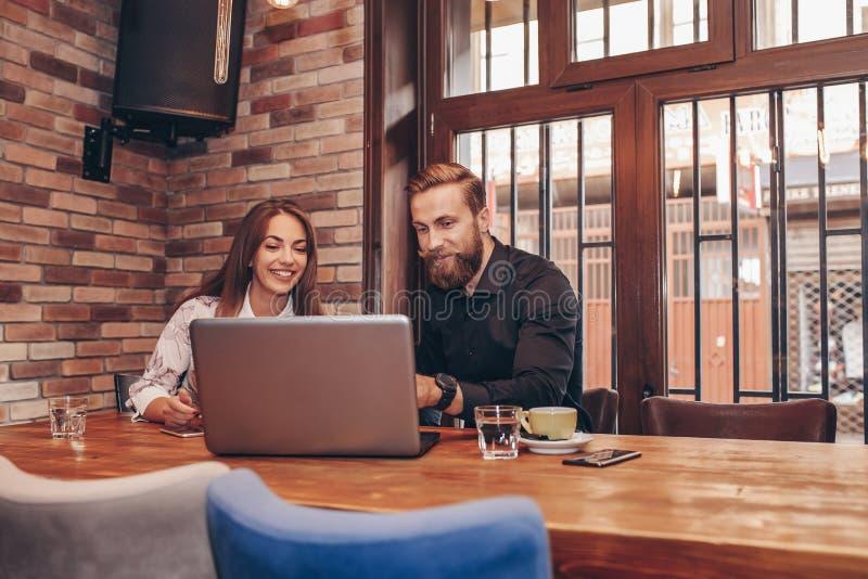 Bedrijfspaar die laptop computer met behulp van royalty-vrije stock foto