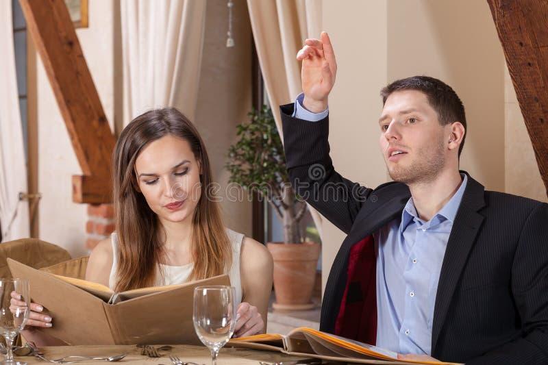 Bedrijfspaar die tot diner opdracht geven stock afbeeldingen