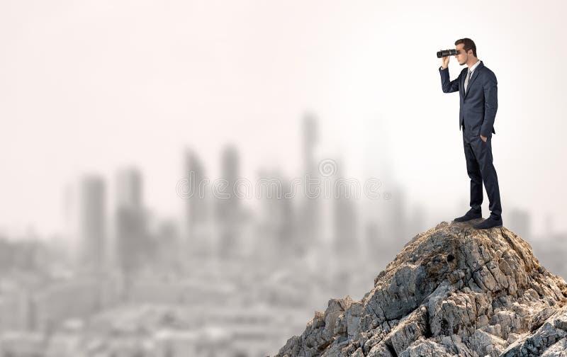 Bedrijfspersoon die aan de stad van afstand kijken royalty-vrije stock foto's
