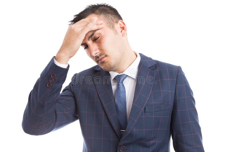 Bedrijfspersoon die aan migraine na zware baan lijden stock afbeelding