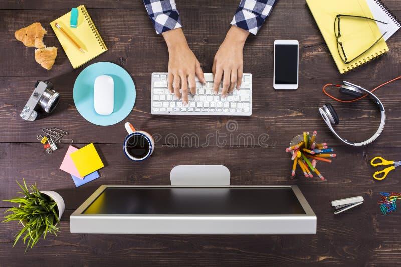 Bedrijfspersoon die bij bureau werken royalty-vrije stock afbeeldingen