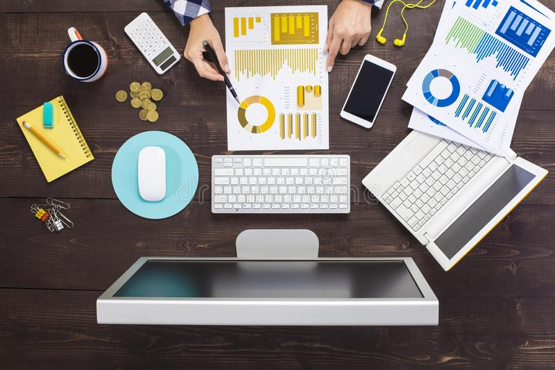 Bedrijfspersoon die bij bureau werken stock afbeeldingen