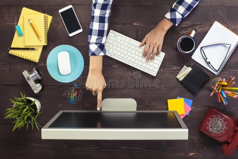 Bedrijfspersoon die bij bureau werken royalty-vrije stock foto