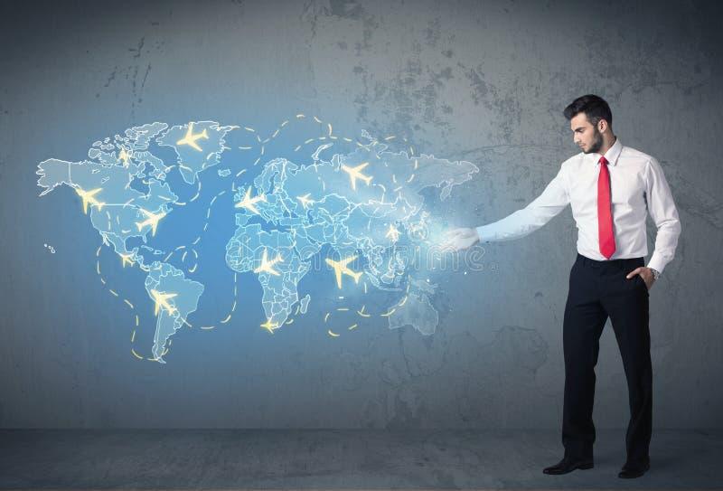Bedrijfspersoon die digitale kaart met vliegtuigen tonen rond de wereld stock illustratie