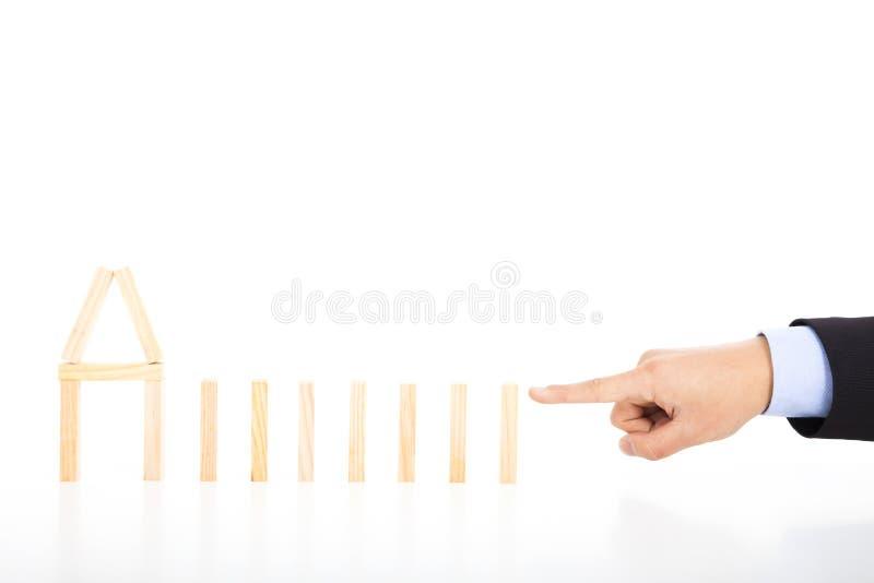 Bedrijfspersoon klaar om domino's op een rij te duwen royalty-vrije stock afbeelding