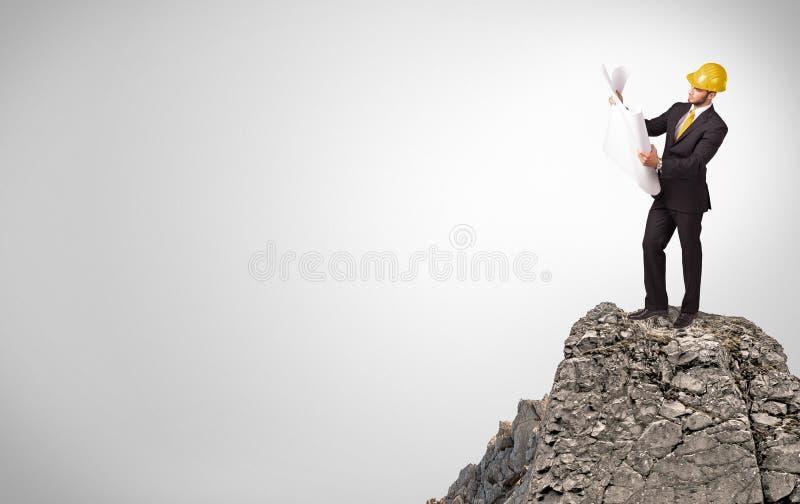 Bedrijfspersoon op de bovenkant van de rots met exemplaarruimte royalty-vrije stock foto's