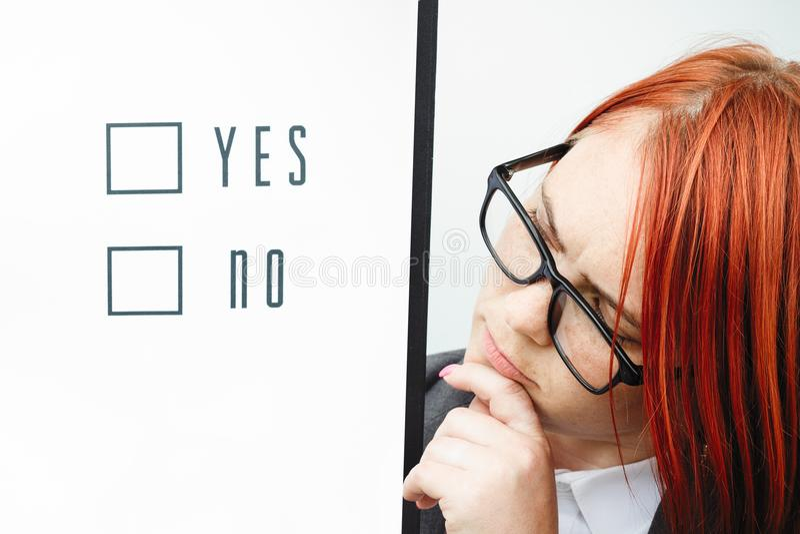 Bedrijfspolitiekconcept keus en stemming Vrouw in kostuum stock foto's