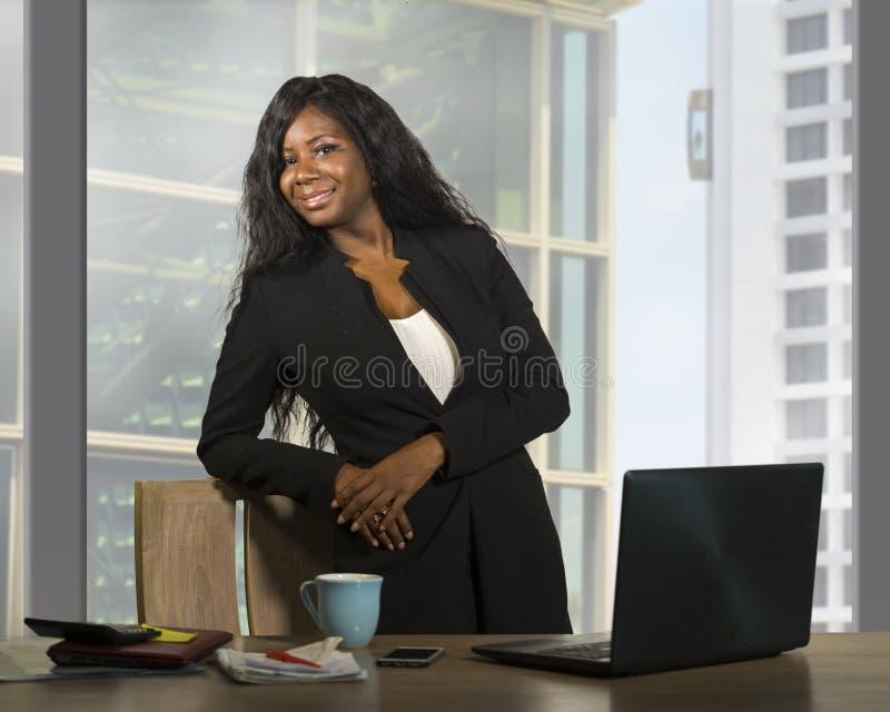 Bedrijfsportret van jonge gelukkige aantrekkelijke zwarte Afrikaanse Amerikaanse onderneemster die zekere status glimlachen succe royalty-vrije stock fotografie