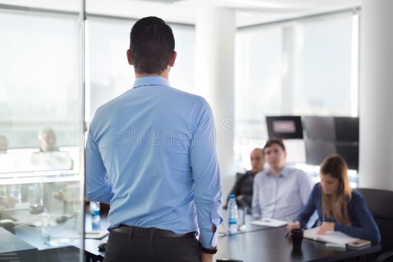 Bedrijfspresentatie op collectieve vergadering stock afbeelding