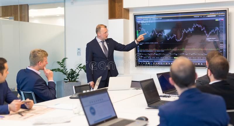 Bedrijfspresentatie op collectieve vergadering in bureau royalty-vrije stock foto's