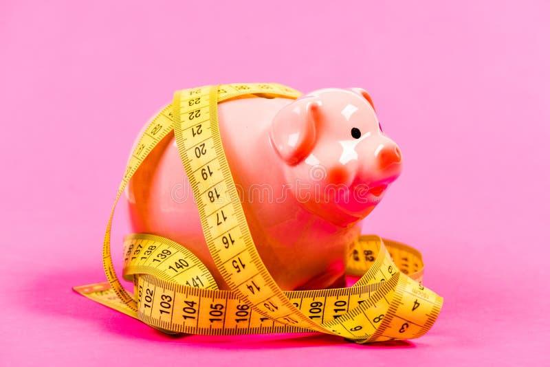 Bedrijfsprobleem Beperkt of beperkt De schuld van de kredietlening Maatregelenkosten Spaarvarken en het meten van band Begrotings royalty-vrije stock foto's