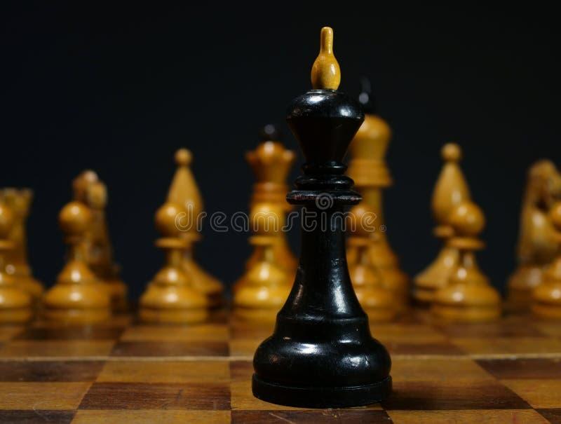 Bedrijfsproblemen, leidersbesluit in de concurrentie Zwarte Schaakkoning tegenover wit schaak stock fotografie