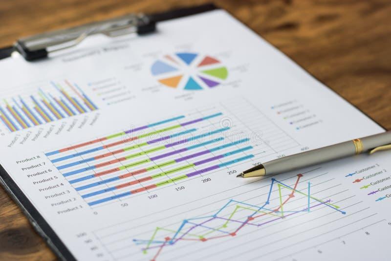 Bedrijfsrapportplan gezet op het bureau stock foto