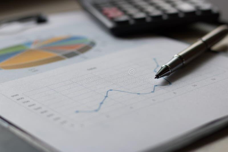 Bedrijfsrapportplan gezet op het bureau stock foto's