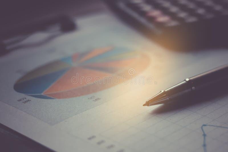 Bedrijfsrapportplan gezet op het bureau stock afbeeldingen