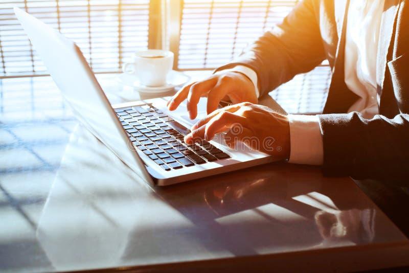 Bedrijfsreis, die aan computerlaptop online werken, close-up van handen stock foto
