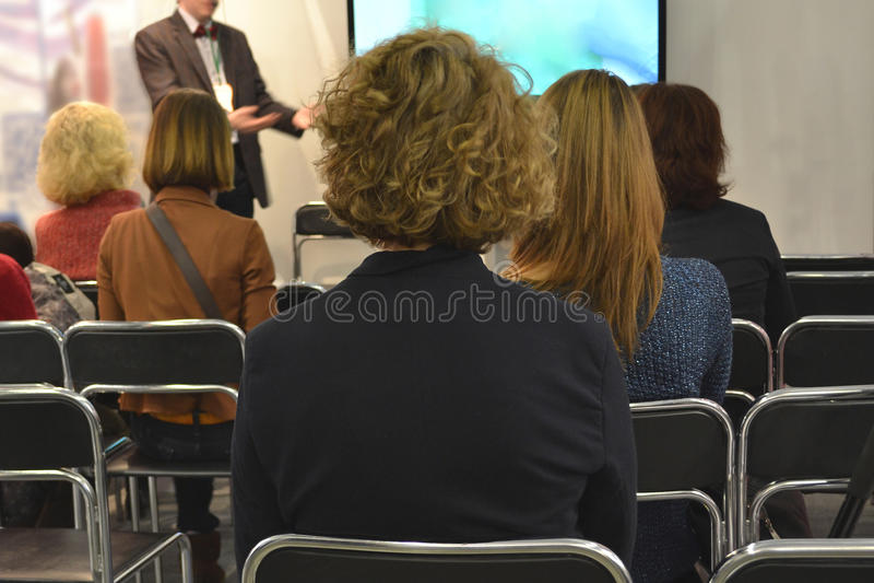 Bedrijfsseminarie in een conferentiezaal stock foto's
