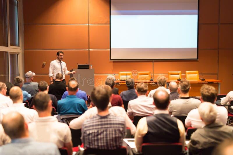 Bedrijfsspreker die een bespreking in conferentiezaal geven royalty-vrije stock foto
