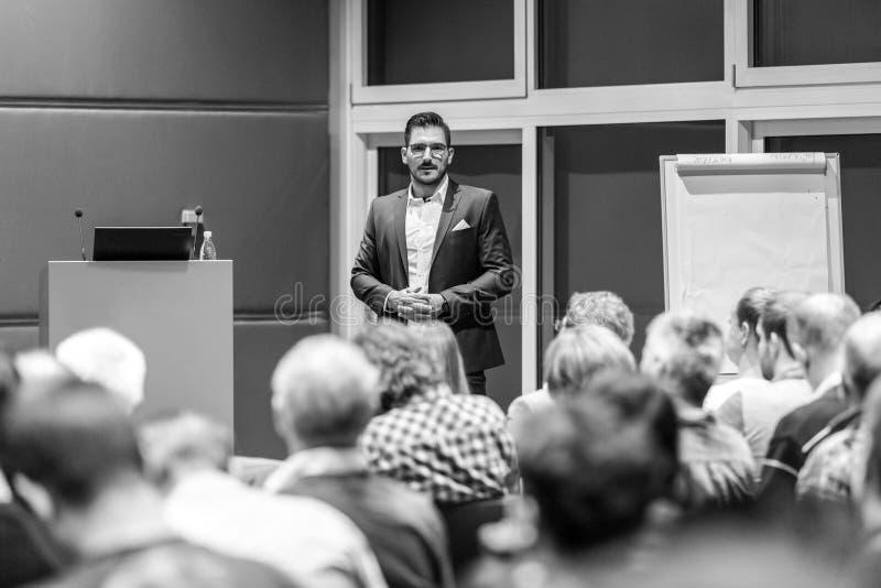 Bedrijfsspreker die een bespreking geven op conferentievergadering royalty-vrije stock foto's