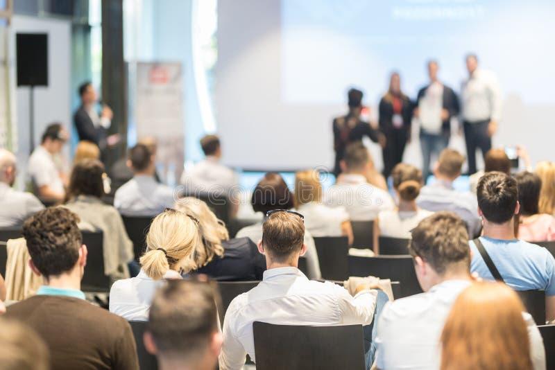 Bedrijfssprekers die een bespreking geven bij bedrijfsconferentiegebeurtenis royalty-vrije stock fotografie
