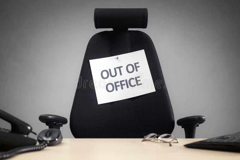 Bedrijfsstoel met uit bureauteken stock afbeelding