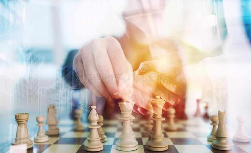 Bedrijfsstrategie met schaakspel en handenschudden bedrijfspersoon in bureau concept uitdaging en tactiek dubbel stock foto