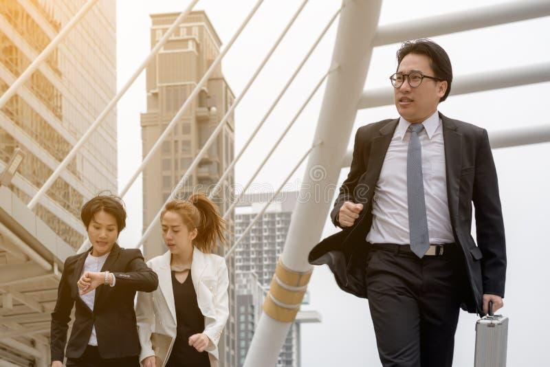 Bedrijfssuccesconcept: de zakenman stelt snelle beweging in werking stock afbeelding